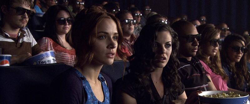 Lori (Shantel Vansanten) e Janet (Haley Webb) al cinema nell'horror The Final Destination 3D