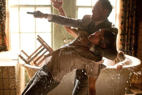 Lukas Haas e Ken Watanabe lottano in una scena di Inception