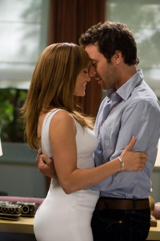 Una romantica immagine di Jennifer Lopez e Alex O'Loughlin dalla commedia Piacere, sono un po' incinta