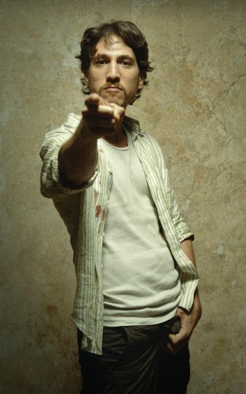 Alberto Ammann in un'immagine promozionale del film Cella 211