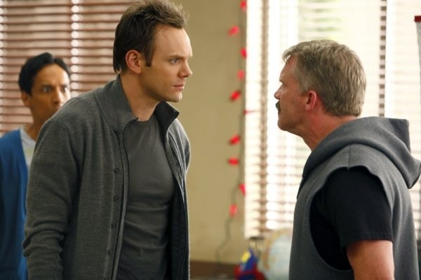 Community: Danny Pudi, Joel McHale ed Anthony Michael Hall nell'episodio Comparative Religion