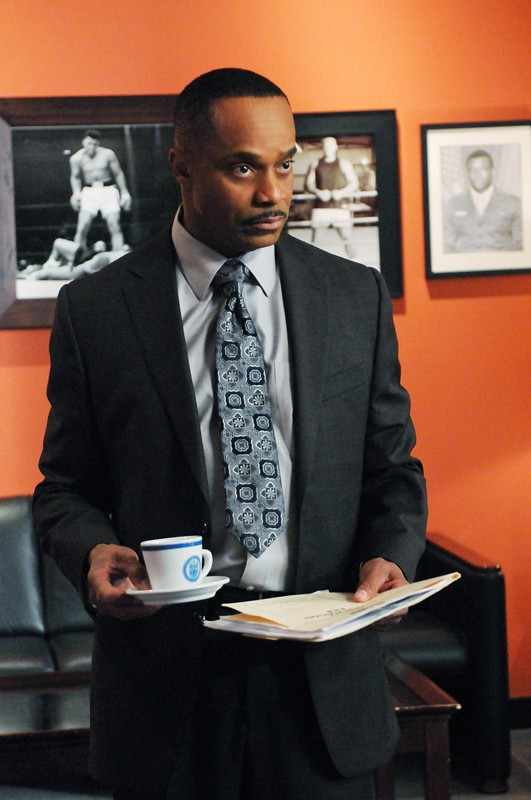 Leon Vance (Rocky Carroll), nel suo studio, nell'episodio Guilty Pleasure di Navy NCIS