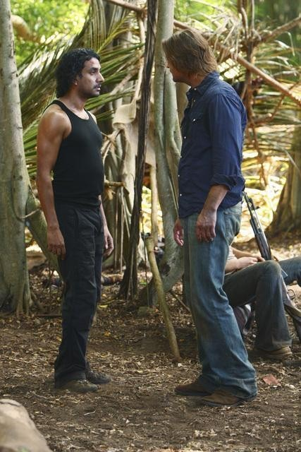 Lost: Josh Holloway e Naveen Andrews nell'episodio Everybody Loves Hugo