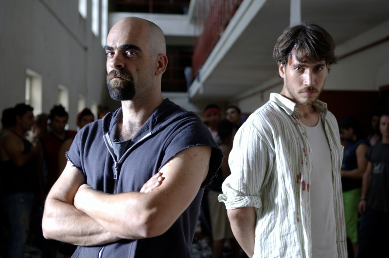 Luis Tosar e Alberto Ammann in un'immagine promozionale del film Cella 211