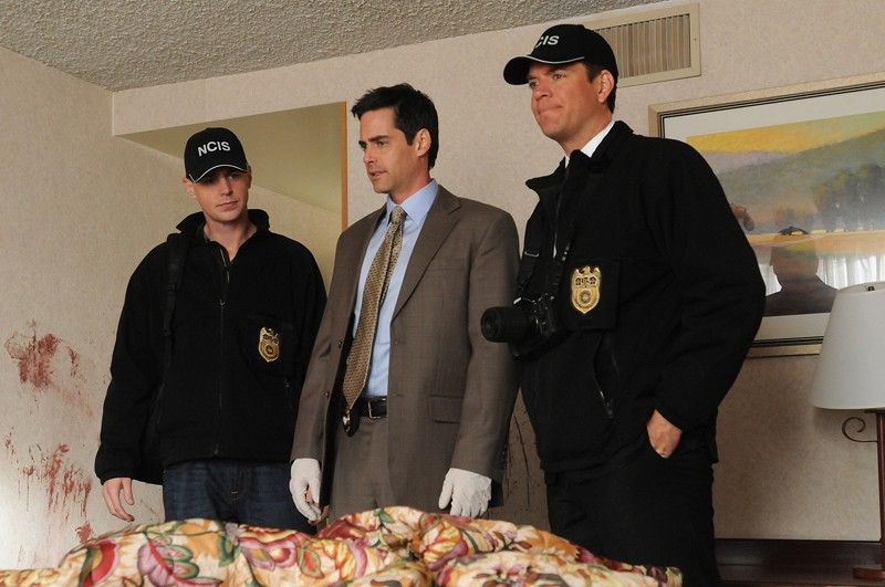 McGee (Sean Murray), Dwight Kasdan (Jason London) e DiNozzo (Michael Weatherly) nell'episodio Guilty Pleasure di Navy NCIS