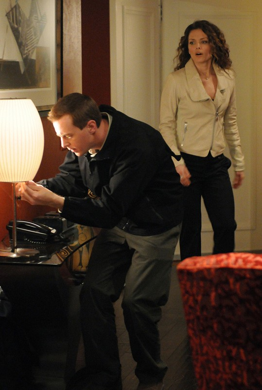 McGee (Sean Murray) e Holly Snow (Dina Meyer) in una sequenza dell'episodio Guilty Pleasure di Navy NCIS