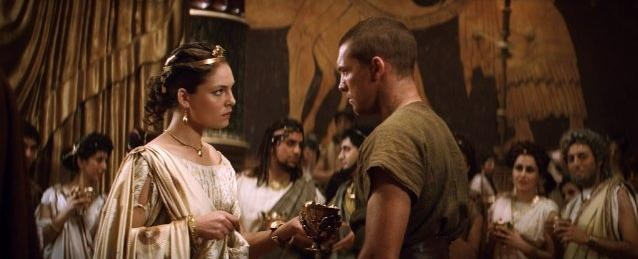 Alexa Davalos e Sam Worthington in una sequenza del film Clash of the Titans