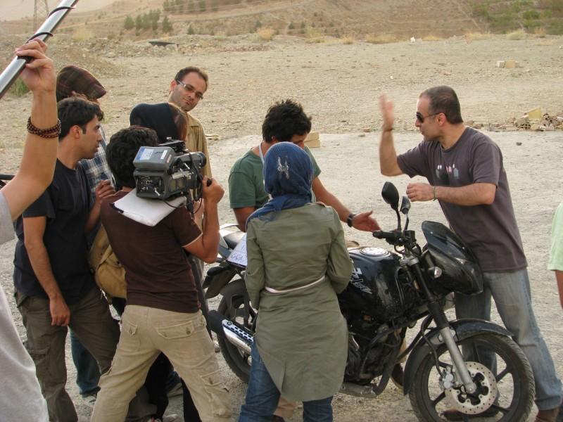Bahman Ghobadi sul set del suo film I gatti persiani