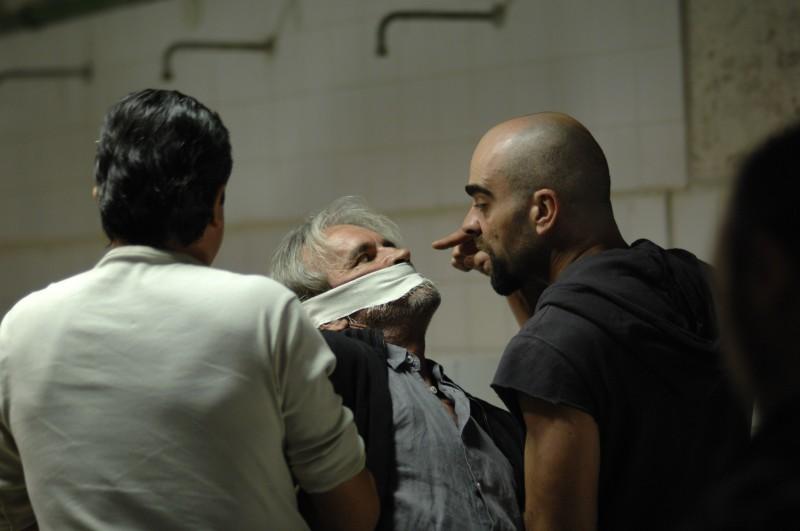 Malamadre (Luis Tosar) minaccia un detenuto dell'Eta nel film Cella 211