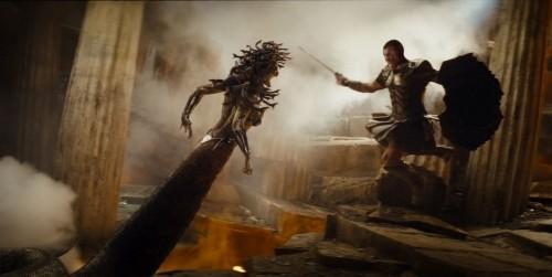 Perseo (Sam Worthington) combatte una delle abominevoli creature di Ade nel film Clash of the Titans 3D