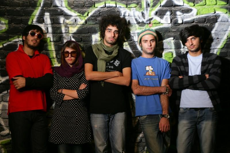 Un'immagine dei musicisti protagonisti del film I gatti persiani con Ashkan Koshanejad e Negar Shaghaghi