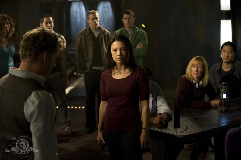 Camille (Ming-Na) parla con i civili della Destiny in una scena dell'episodio Divided di Stargate Universe