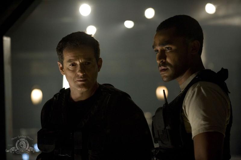 Justin Louis e Jamil Walker Smith in una scena dell'episodio Divided di Stargate Universe