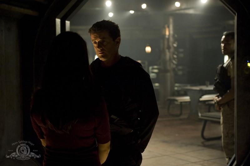 Justin Louis parla con Ming-Na (di spalle) in una scena dell'episodio Divided di Stargate Universe