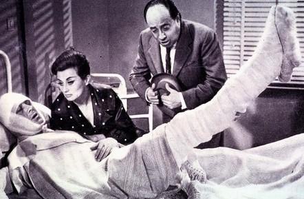 Raimondo Vianello con Sandra Mondaini e Riccardo Billi nella commedia Le motorizzate