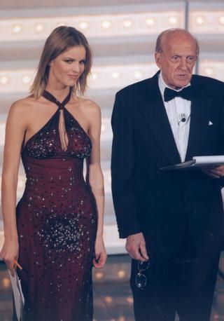 Sandra Mondaini con Eva Herzigova durante Sanremo 1998