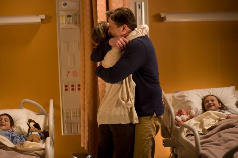 Brendan Fraser e Keri Russell in una scena emozionante del film Extraordinary Measures