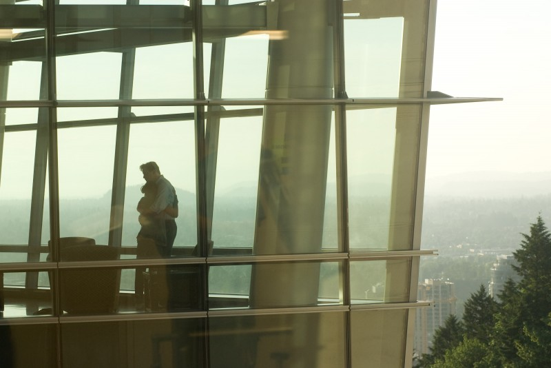 Brendan Fraser e Keri Russell in una toccante immagine del film Extraordinary Measures