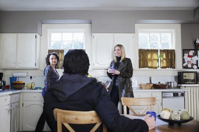 Charles Mesure ed Elizabeth Mitchell nell'episodio John May della serie V, remake di Visitors