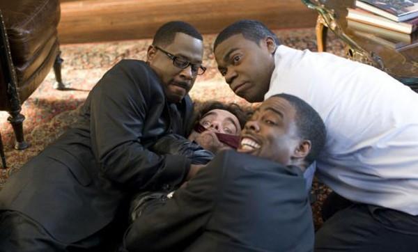 Columbus Short, Tracy Morgan, Martin Lawrence e Peter Dinklage in una scena della commedia Festa col morto