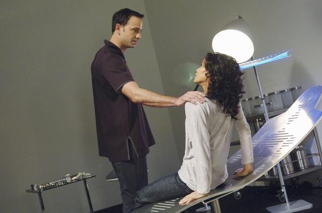 Giles Panton e Lourdes Benedicto nell'episodio We Can't Win di V, remake di Visitors