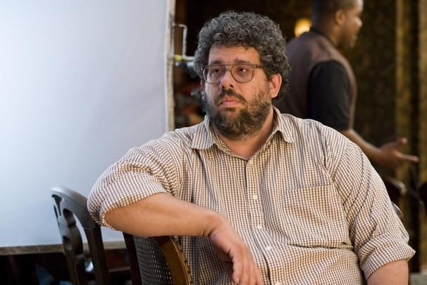 Il regista Neil LaBute sul set della commedia Festa col morto