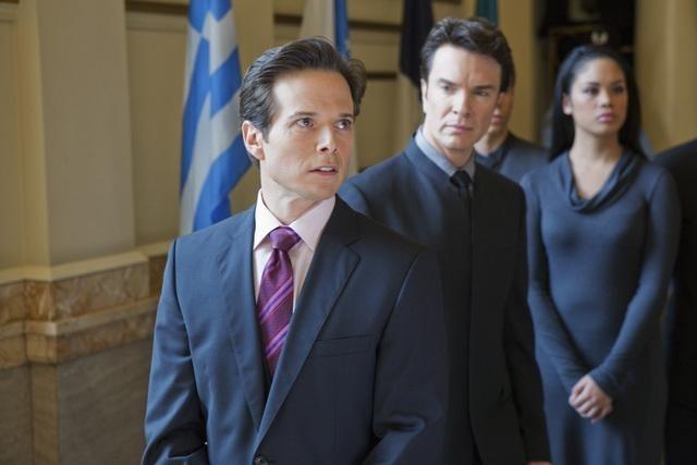 Scott Wolf e Christopher Shyer nell'episodio We Can't Win di V, remake di Visitors