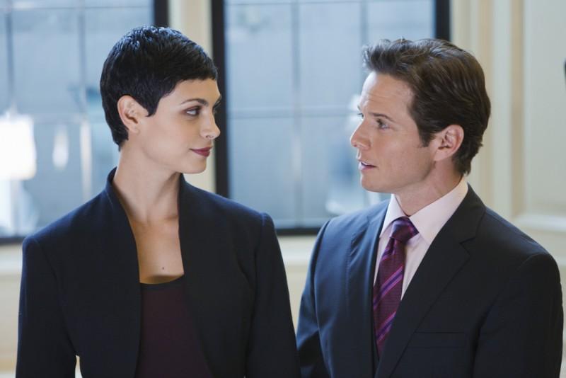 V: Morena Baccarin e Scott Wolf nell'episodio We Can't Win del remake di Visitors