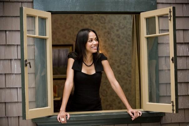 Zoe Saldana in un'immagine della commedia Festa col morto