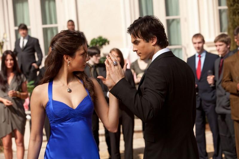 Damon (Ian Somerhalder) ed Elena (Nina Dobrev) danzano alla festa per 'Miss Mystic Falls' nell'omonimo episodio di Vampire Diaries