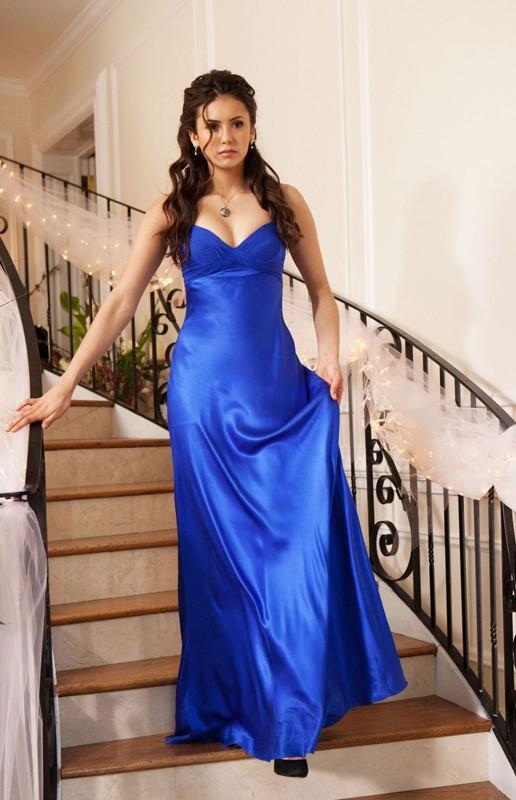 Elena (Nina Dobrev) elegantissima con il suo abito blu elettrico nell'episodio Miss Mystic Falls di Vampire Diaries