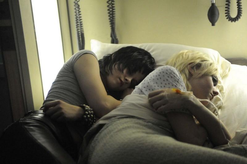 Kristen Stewart e Dakota Fanning in una scena in ospedale nel film The Runaways