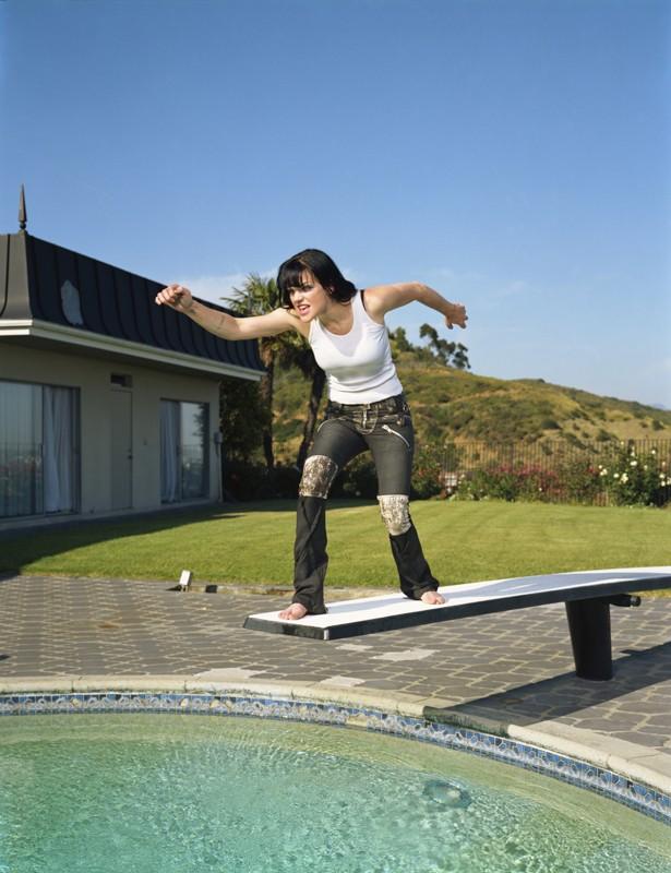L'attrice Pauley Perrette finge di tuffarsi in piscina in uno scatto promozionale