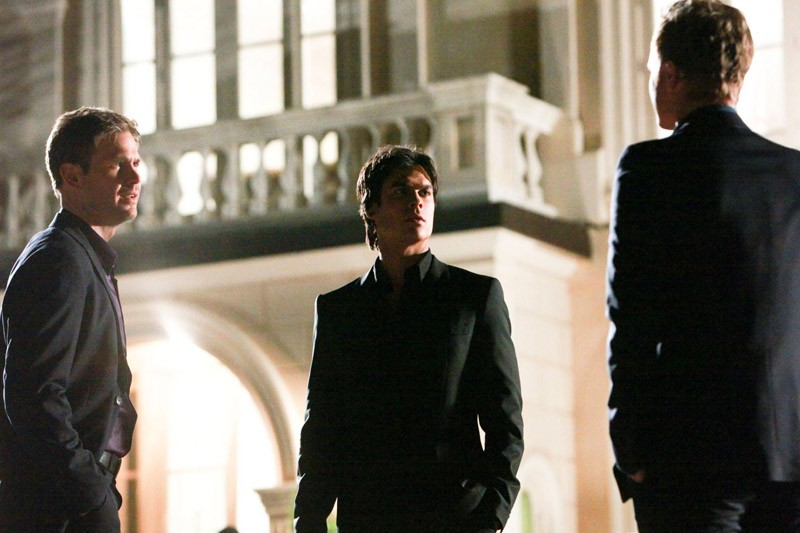 Matt Davis e Ian Somerhalder affrontano David Anders (di spalle) nell'episodio Under Control di The Vampire Diaries