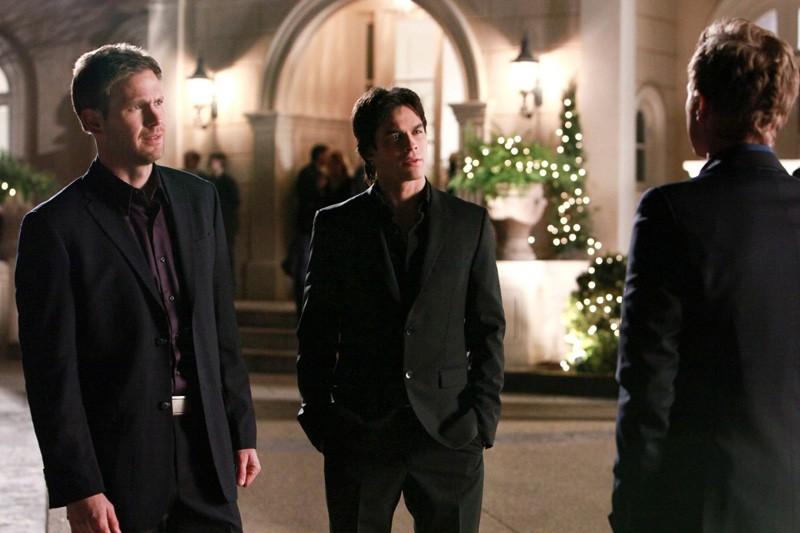 Matt Davis e Ian Somerhalder hanno una sorprendente conversazione con David Anders (di spalle) in: Under Control di Vampire Diaries