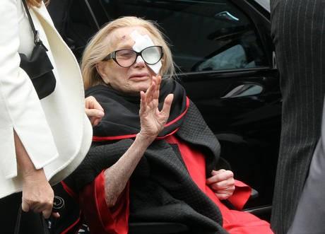 Sandra Mondaini saluta la folla ai funerali di Raimondo Vianello