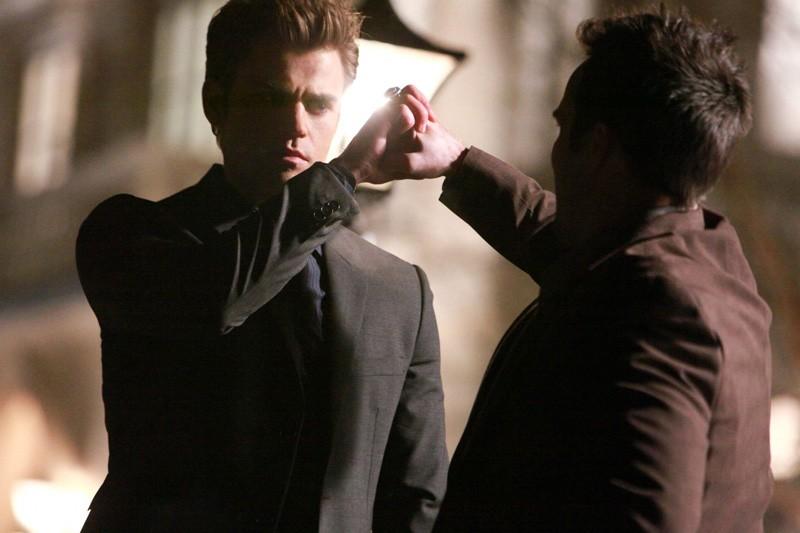 Stefan (Paul Wesley) afferra il pugno del suo avversario in una sequenza dell'episodio Under Control di Vampire Diaries
