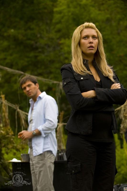 Alaina Kalanj con alle spalle Tygh Runyan nell'episodio Faith di Stargate Universe