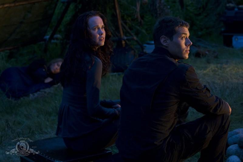 Chloe (Elyse Levesque) e Matthew (Brian J. Smith) in una scena dell'episodio Faith di Stargate Universe