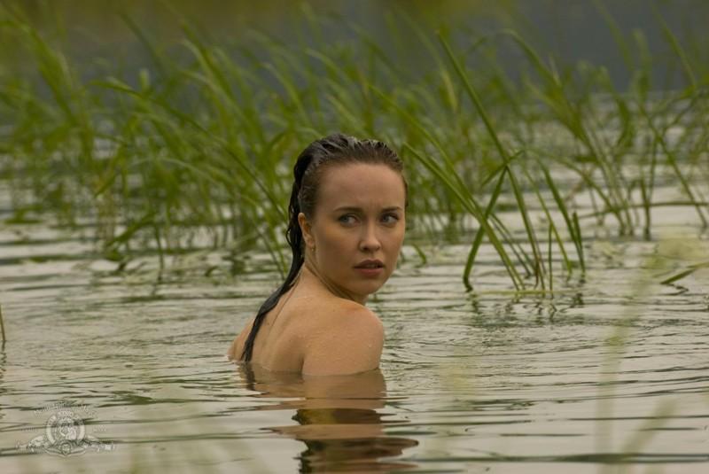 Chloe (Elyse Levesque) si concede un bagno sul pianeta nell'episodio Faith di Stargate Universe