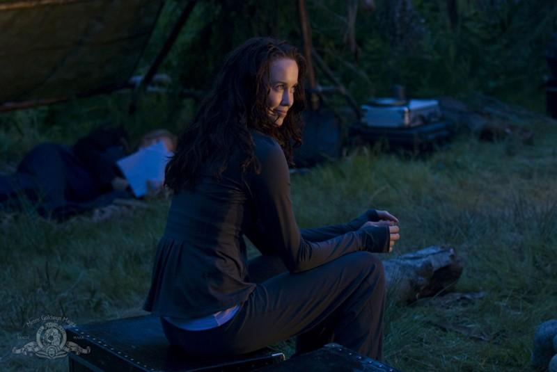 Chloe (Elyse Levesque) sul pianeta in una scena dell'episodio Faith di Stargate Universe