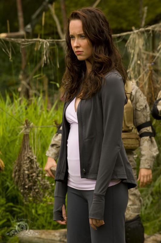 Elyse Levesque atterra sul nuovo pianeta nell'episodio Faith di Stargate Universe