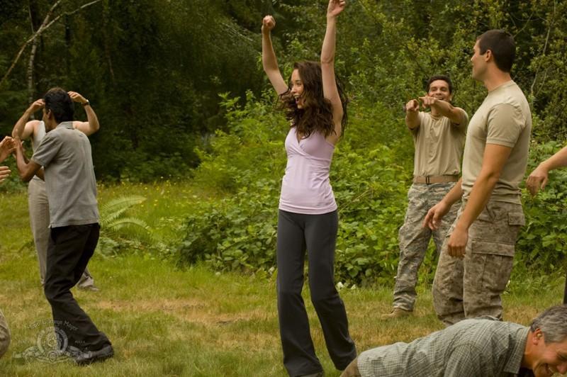 Elyse Levesque esulta per la vittoria in una scena dell'episodio Faith di Stargate Universe