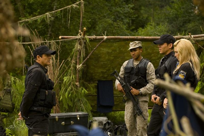 Il Col. Young (J. Louis) discute con i suoi sottoposti (J.W. Smith, B.J. Smith e A. Kalanj) nell'episodio Faith di Stargate Universe