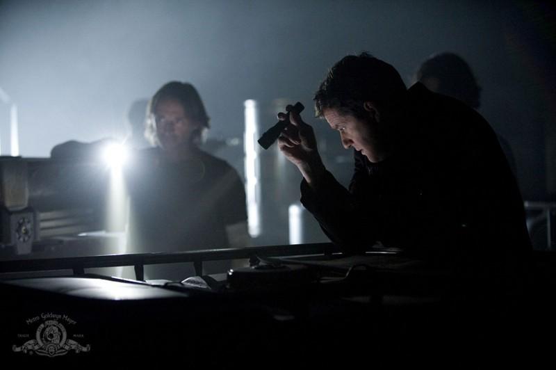 Il Dott. Rush (Robert Carlyle) e il Colonnello Young (Justin Louis) esplorano la Destiny nell'episodio Faith di Stargate Universe