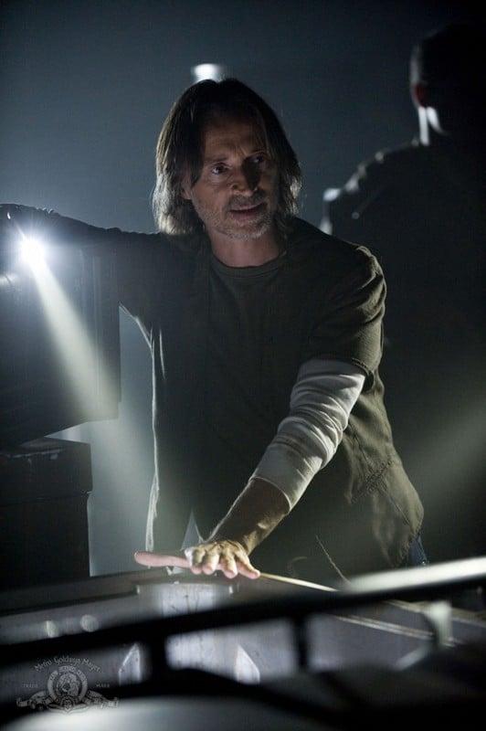 Il Dott. Rush (Robert Carlyle) in una sequenza dell'episodio Faith di Stargate Universe