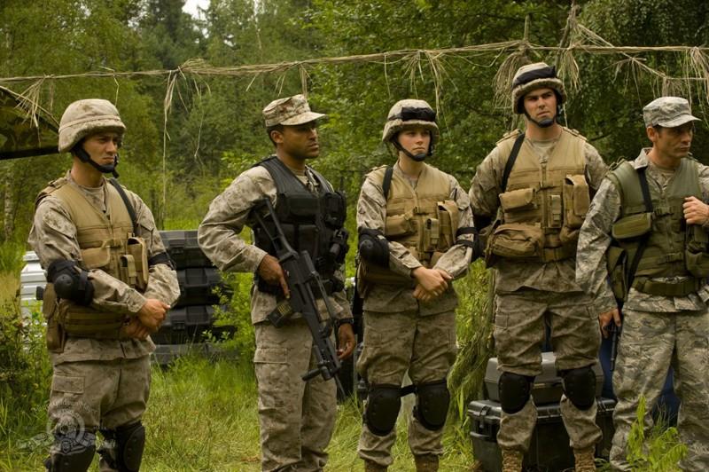 L'equipaggio militare atterra sul nuovo pianeta nell'episodio Faith di Stargate Universe