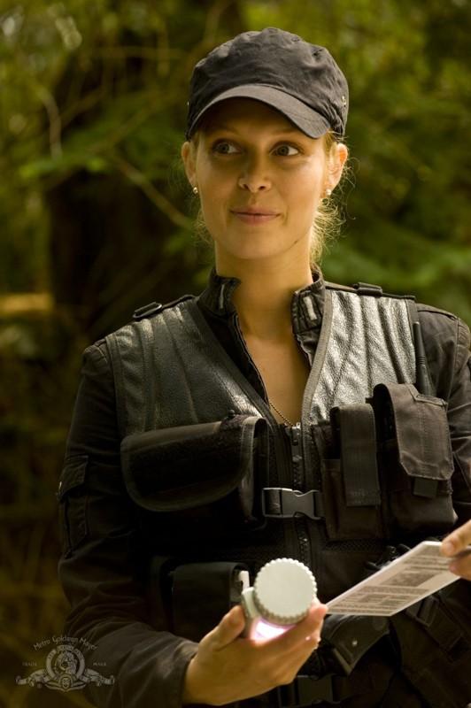 TJ (Alaina Kalanj) analizza l'acqua del pianeta nell'episodio Faith di Stargate Universe