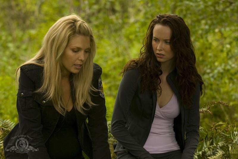 TJ (Alaina Kalanj) si confida con Chloe (Elyse Levesque) nell'episodio Faith di Stargate Universe