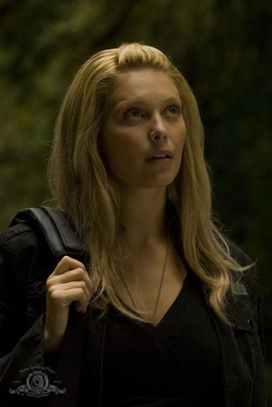 Un primo piano di TJ (Alaina Kalanj) nell'episodio Faith di Stargate Universe